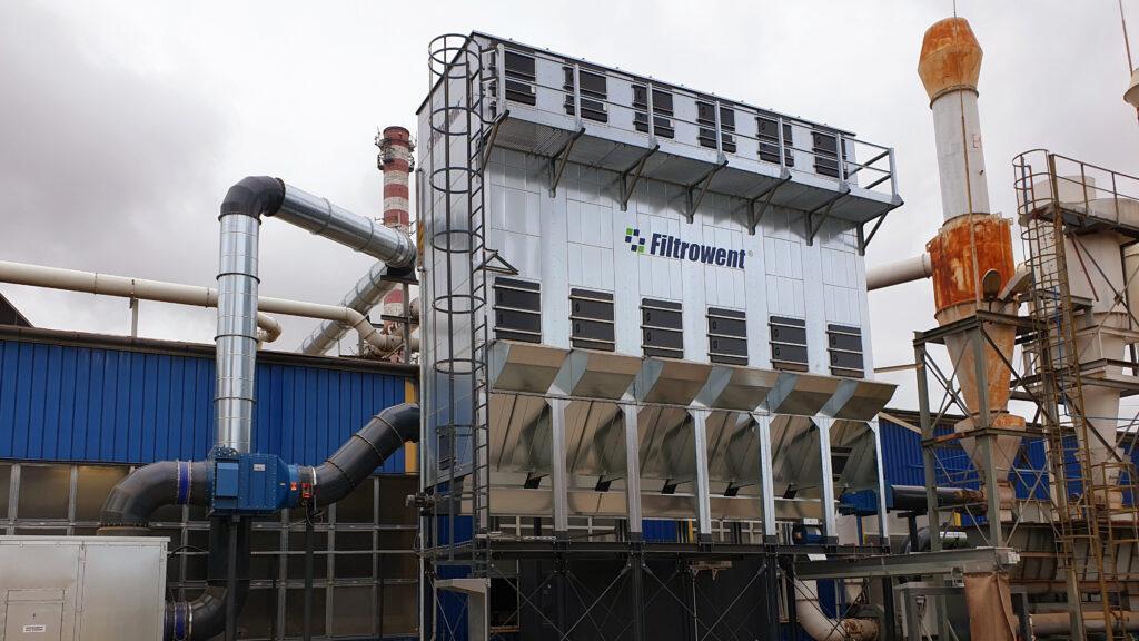 Nadciśnieniowy odpylacz filtracyjny oczyszczany za pomocą wentylatorów regeneracyjnych