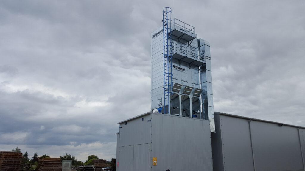 Filtr zlokalizowany nad zbiornikiem do trocin