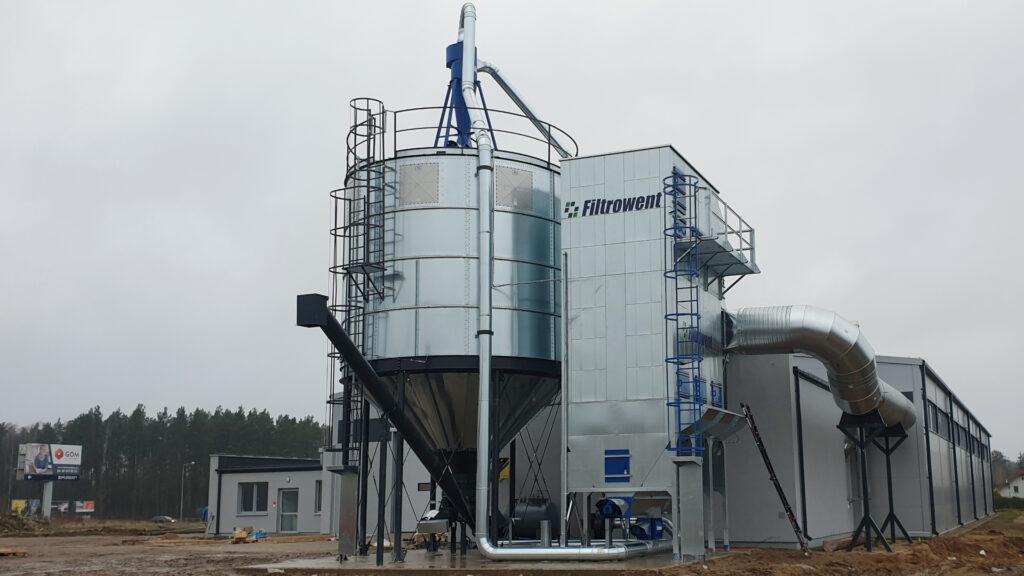 instalacja odpylająca do wyciągu trocin, centralny filtr workowy z powrotem powietrza na halę oraz magazyn trocin, silos